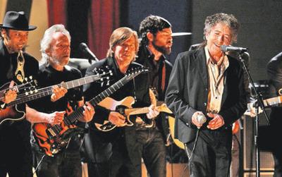 Bob Dylan recibe Nobel con casi cuatro meses de retraso