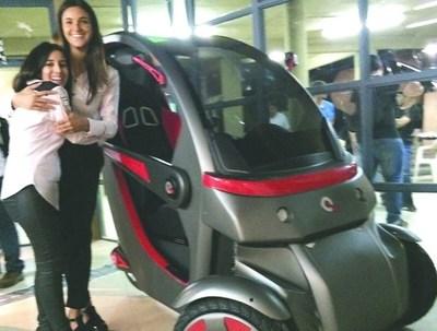 Jóvenes diseñadoras plantean vehículo eléctrico unipersonal para el tráfico de Asunción