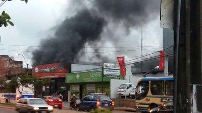 Local de venta de automóviles sufre incendio