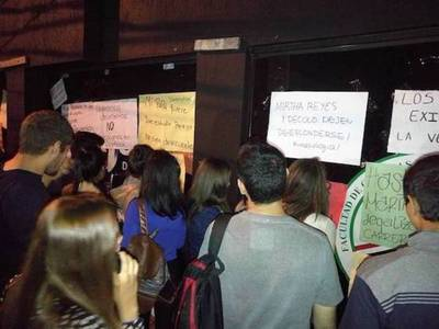 """Alumnos, preocupados por situación de Unasur: """"Hasta ahora nadie responde"""""""