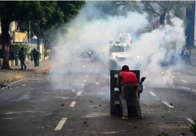 Oposición resiste en las calles pese a las 8 muertes