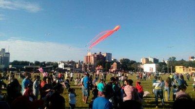 Cientos de pandorgas adornan el cielo encarnaceno