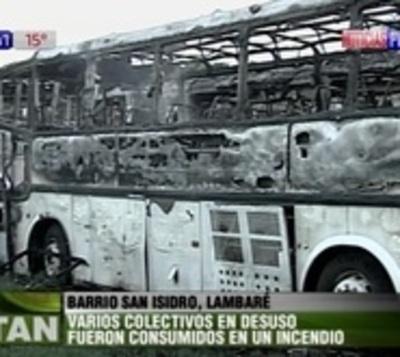 Llamativo incendio consume buses en desuso
