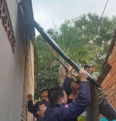 Cae puerta de helicóptero policial sobre una casa