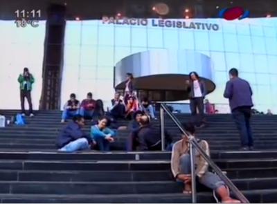 Jóvenes se encadenan para que muera la enmienda