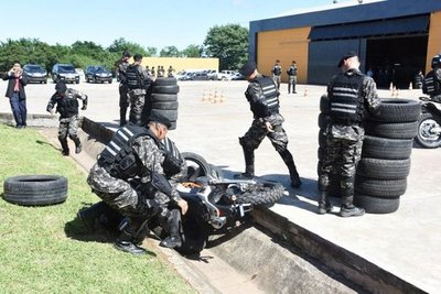 Policías caen de motocicleta en plena demostración