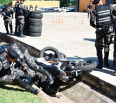 """Policías """"antimotochorros"""" acabaron en la cuneta en plena demostración"""