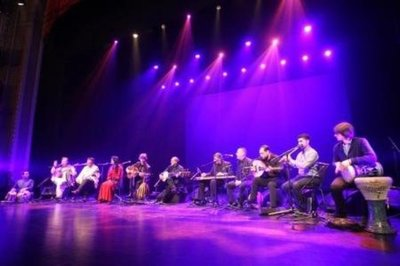 Orquesta mezcla ritmos musicales de Siria a Tíbet