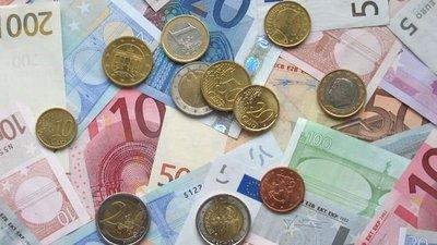 Jugando, destruye billetes por valor de 6.500 euros