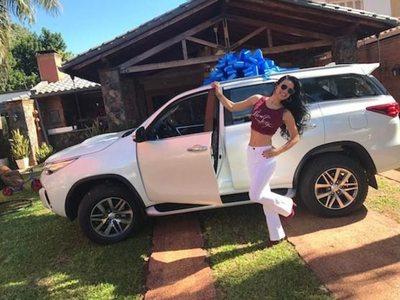 Julio Cáceres le regaló una camionetaza a Gloria Vera