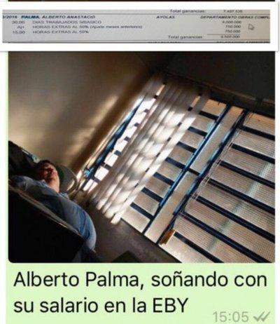 Imagen de funcionario durmiendo en oficina causa indignación