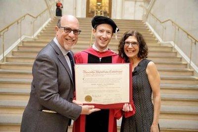 Mark Zuckerberg se gradúa en Harvard luego de 12 años
