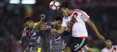 Emelec clasificó y el DIM dejó sin invicto a River Plate