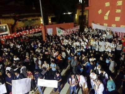 """Alumnos de Unasur están en vigilia: """"Queremos seguir con nuestros sueños"""""""