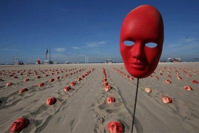 Cientos de máscaras rojas para pedir renuncia de Temer