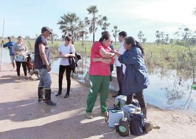 Vacunadores llegan en canoa a zonas afectadas por crecida