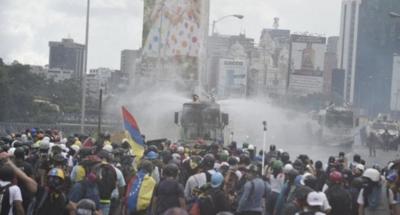 Brutal represión con perdigones y bombas lacrimógenas en Caracas