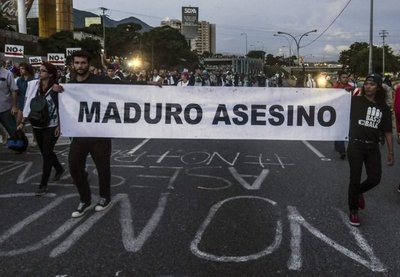 """Diputados de Venezuela gritan """"asesino"""" a Maduro"""