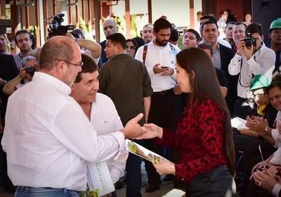 Gobernación de Alto Paraná entregó becas junto al presidente de la República
