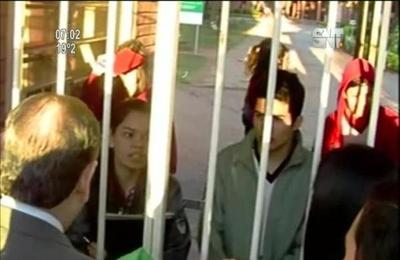 Alumnos en toma conversan con autoridades
