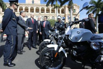 Cartes recibió donación de motos de Taiwán y anunció dos viajes