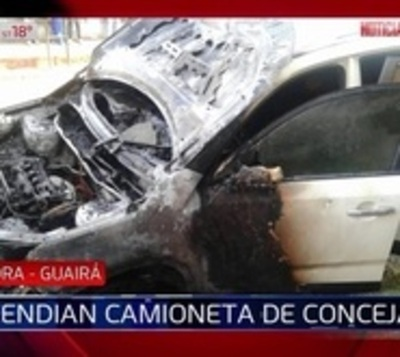 Incendian camioneta de concejala departamental de Guairá