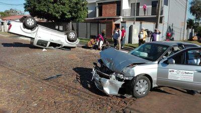 Choque entre camioneta y automóvil en Franco