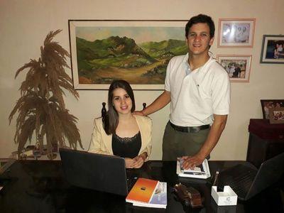 La joven pareja que explota nicho de asesoría en pólizas de seguros