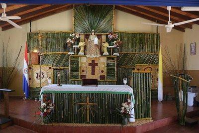 Un altar hecho de tacuara para la Virgen del Carmen
