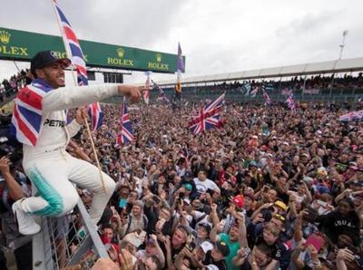 Lewis Hamilton triunfa en Silverstone