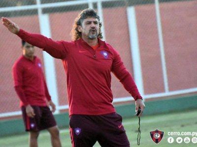 Alfio Oviedo, descartado para el debut en el Clausura