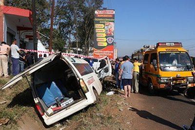 Choque brutal entre una ambulancia y un camión