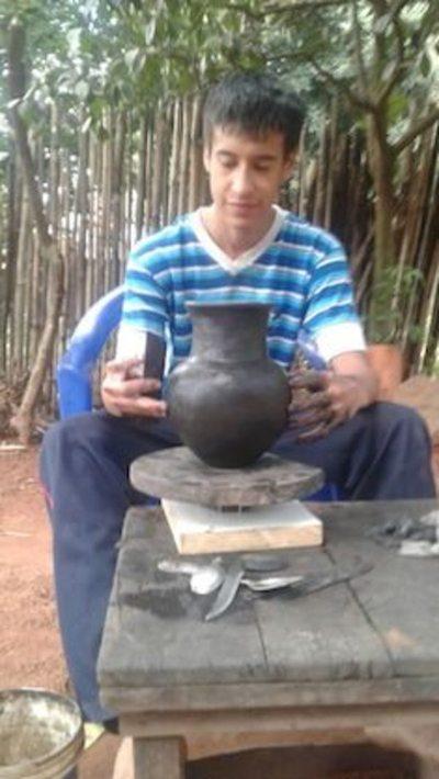 Joven promesa de la artesanía paraguaya