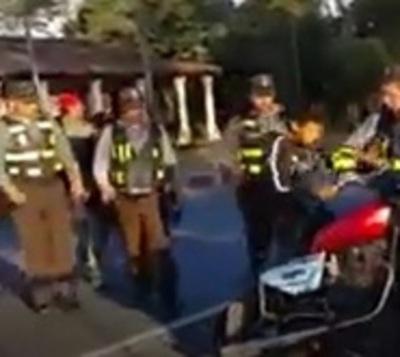Menor atropelló barrera y enfrentó a agentes para no entregar su moto