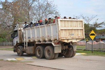 En vehículo del Estado arrean a indígenas