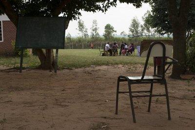Niños seguirán dando clases bajo árboles