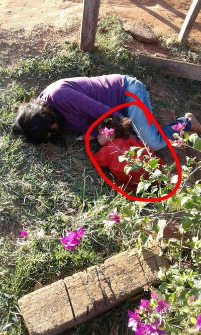 Se quedó dormida en la calle con su bebé al lado