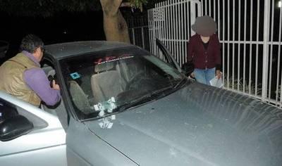 Balearon auto de una mujer en Villa Elisa, apuntan a expareja