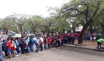 Una multitud espera con ansias la apertura de los portones