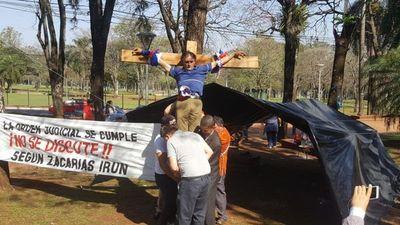 Exfuncionario municipal se crucifica en una plaza para reclamar su indemnización
