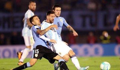 Argentina encomendada a Messi se aburre ante la disciplina uruguaya