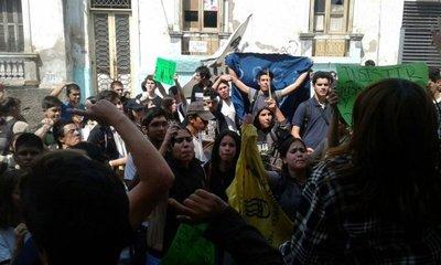 Estudiantes protestan mientras esperan propuesta de ministros