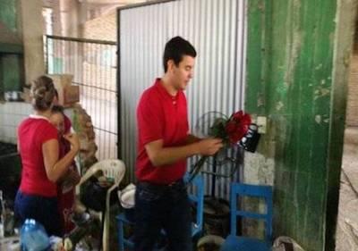Peña y Tarragó comparten con vendedores del Mercado 4
