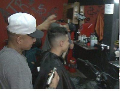 Peluquería te corta el pelo arriba de la moto