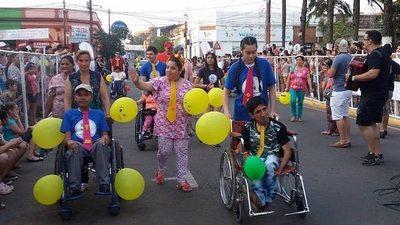 Bienvenida a la estación con un colorido desfile