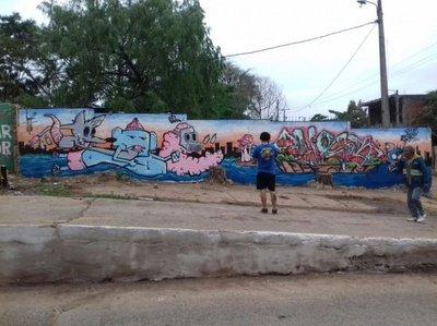 Con murales creativos combaten basura proselitista
