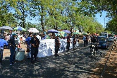 Manifestantes cierran media calzada de Mariscal López