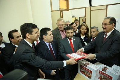 Cartes no está obligado a renunciar mientras dure campaña, afirman