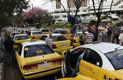 """""""No al Uber"""": Taxistas temen ser desplazados y anuncian movilizaciones"""