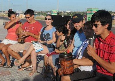 Buscan batir récord Guinnes con una ronda de tereré en la costanera